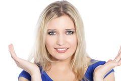 Schöne blonde behaarte Frau in einem blauen Kleid Stockfoto