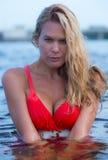 Schöne blonde behaarte Frau am Strand Lizenzfreie Stockfotos
