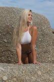Schöne blonde Bikini-Frau auf dem Strand Lizenzfreies Stockfoto