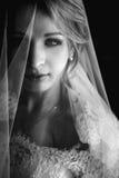 Schöne blonde Braut B&W im Make-up und Schleier in einem weißen Kleid Lizenzfreie Stockfotografie