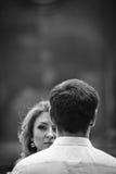 Schöne blonde Braut, die nahe Bräutigam, Gesichtsnahaufnahme b&w aufwirft Lizenzfreies Stockfoto