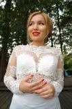 Schöne blonde Braut in einem weißen Hochzeitskleid Stockfotos