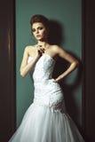 Schöne blonde Braut-Frau Weißes Hochzeitskleid Weinlese grung Lizenzfreie Stockfotografie