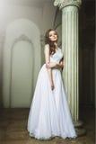 Schöne blonde Braut-Frau Weißes Hochzeitskleid Weinlese grung Stockfoto