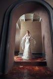 Schöne blonde Braut-Frau Weißes Hochzeitskleid Weinlese grung Lizenzfreies Stockfoto