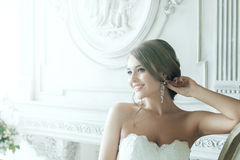 Schöne blonde Braut-glückliches Lächeln in den Strahlen des Lichtes Lizenzfreie Stockbilder
