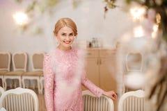 Schöne blonde Braut im herrlichen rosa Kleid Lizenzfreie Stockbilder