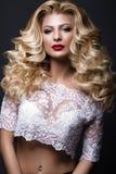 Schöne blonde Braut im Hochzeitsbild mit Locken, rote Lippen Schönes lächelndes Mädchen Lizenzfreie Stockfotografie