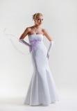 Schöne blonde Braut im Hochzeitskleid mit flüssigen Bändern an Lizenzfreie Stockfotos