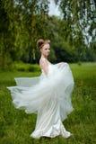 Schöne blonde Braut im modernen Hochzeitskleid Lizenzfreies Stockbild