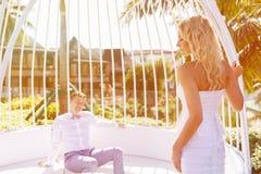 Schöne blonde Braut im weißen Hochzeitskleid und im Bräutigam in a lizenzfreie stockfotos
