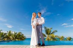 Schöne blonde Braut im weißen Hochzeitskleid und im Bräutigam danc stockbild