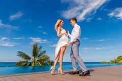 Schöne blonde Braut im weißen Hochzeitskleid und im Bräutigam danc stockbilder