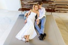 Schöne blonde Braut im weißen Hochzeitskleid und im Bräutigam in t lizenzfreies stockfoto