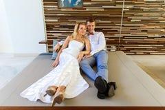 Schöne blonde Braut im weißen Hochzeitskleid und im Bräutigam in t lizenzfreie stockbilder