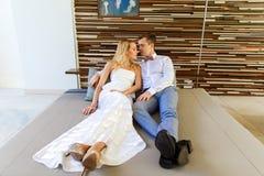 Schöne blonde Braut im weißen Hochzeitskleid und im Bräutigam in t lizenzfreie stockfotografie