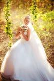 Schöne blonde Braut im weißen Kleid Lizenzfreies Stockfoto