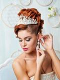 Schöne blonde Braut mit Blumen Lizenzfreie Stockfotografie