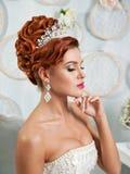 Schöne blonde Braut mit Blumen Stockfotos