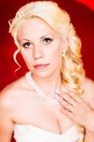 Schöne blonde Braut mit Hochzeitsblumenstrauß von Blumen Lizenzfreie Stockbilder