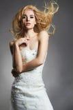 Schöne blonde Brautfrau im Hochzeitskleid Stockbilder