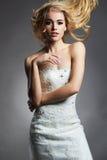 Schöne blonde Brautfrau im Hochzeitskleid Lizenzfreies Stockfoto