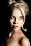 Schöne blonde Brautfrau mit Berufsmake-up, auf einem dunklen Hintergrund Stockbilder