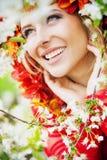 Schöne blonde Dame, die fabelhaftes Lächeln hat stockfotos
