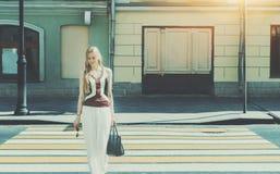 Schöne blonde Dame, die Zebrastreifen führt Lizenzfreies Stockbild