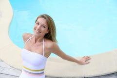 Schöne blonde Dame durch das Pool Lizenzfreies Stockfoto