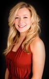 Schöne blonde Dame in einem roten Kleid Stockfotos