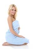 Schöne blonde Dame eingewickelt in einem blauen Tuch Lizenzfreies Stockbild