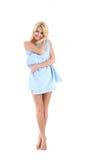 Schöne blonde Dame eingewickelt in einem blauen Tuch Lizenzfreies Stockfoto