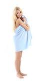 Schöne blonde Dame eingewickelt in einem blauen Tuch Lizenzfreie Stockbilder
