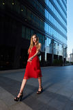 Schöne blonde Dame im roten Kleid auf weißem Quadrat Lizenzfreie Stockbilder