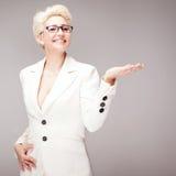 Schöne blonde Dame im Studio Lizenzfreie Stockfotos