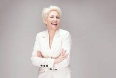 Schöne blonde Dame im Studio Stockbilder