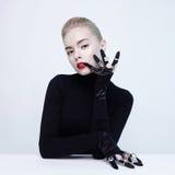 Schöne blonde Dame mit Los kostbaren Ringen Lizenzfreie Stockfotografie