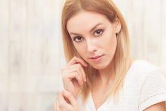 Schöne blonde Damenaufstellung Lizenzfreies Stockfoto