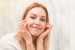 Schöne blonde Damenaufstellung Lizenzfreie Stockbilder