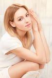 Schöne blonde Damenaufstellung Lizenzfreie Stockfotografie