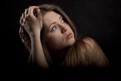 Schöne blonde dunkelblaue Augen der jungen Frau Lizenzfreies Stockfoto