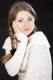 Schöne blonde dunkelblaue Augen der jungen Frau Stockfotografie