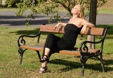 Schöne blonde ein Sonnenbad nehmende Frau Lizenzfreie Stockfotos