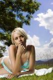 Schöne blonde ein Sonnenbad nehmende Frau Stockfotografie