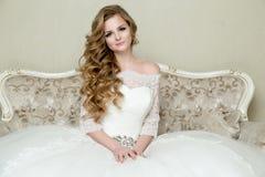 Schöne blonde elegante Braut Stockbild