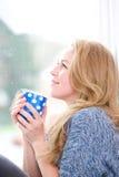 Schöne blonde entspannende Frau Lizenzfreies Stockfoto
