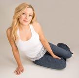 Schöne blonde Entspannung Stockfotografie