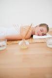 Schöne blonde Entspannung auf Bambusmatte Lizenzfreies Stockfoto