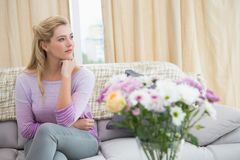 Schöne blonde Entspannung auf der Couch Lizenzfreie Stockfotos